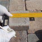 kladenie dlažobných kociek na chodník: meranie dorezov