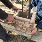 stavba betónového plota: Položenie ďalšieho radu stĺpika