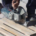 kladenie dlažobných kociek na chodník: rezanie dlažby