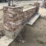 stavba betónového plota: Položenie tretieho radu stĺpika