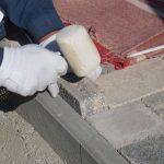 kladenie dlažobných kociek na chodník: doplnenie dorezov