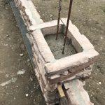 stavba betónového plota: Zaliatie stĺpika