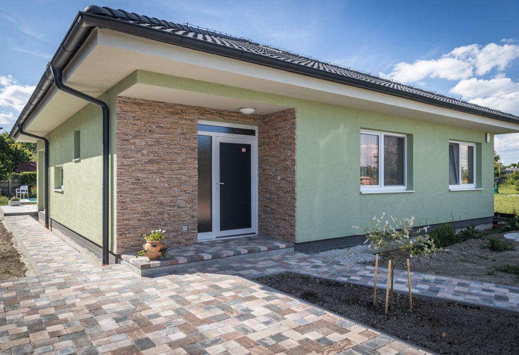 Rodinný dom s betónovou dlažbou