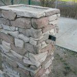 stavba betónového plota: Posledný rad stĺpikových dielcov