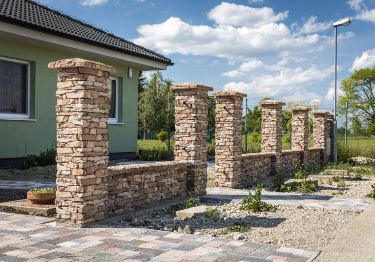 Aj betónový plot môže byť originálny a zaujímavý. Ako si jeden taký postaviť?