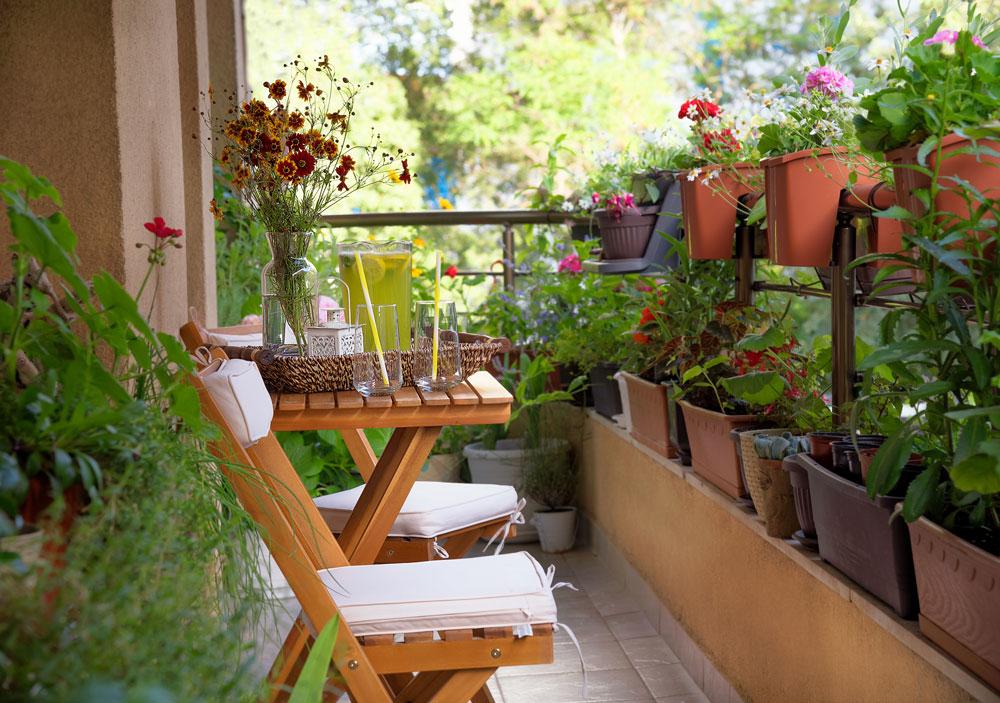 Tmavý balkón so sedením a s kvetinami