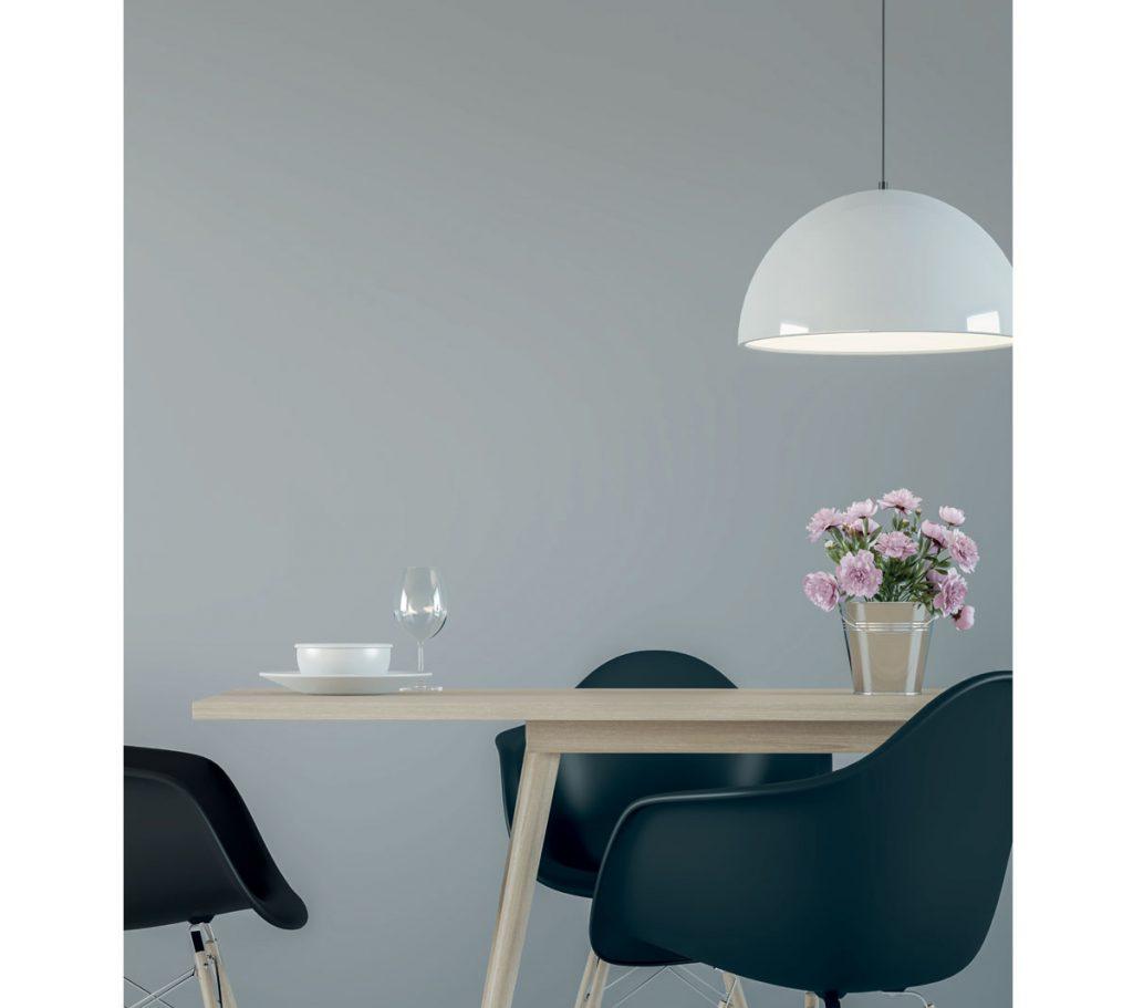 Kombinovanie farieb v interiéri: čierna na stoličkách s dreveným stolom