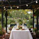 Stôl prestretý na párty na terase s osvetlením