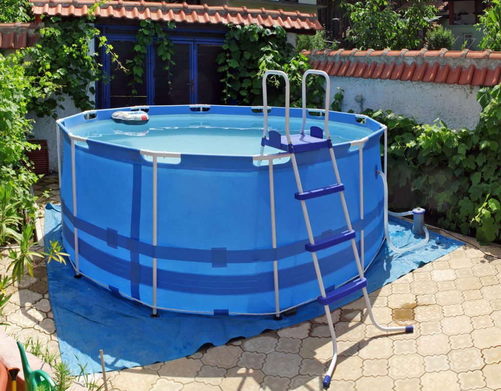 Nadzemný bazén v malej záhrade