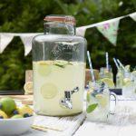sklenená súprava na nápoje zložená z nádoby s kohútikom na limonády a skleneného zaváraninového pohára