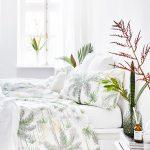 Spálňa s motívom paliem na posteľných obliečkach