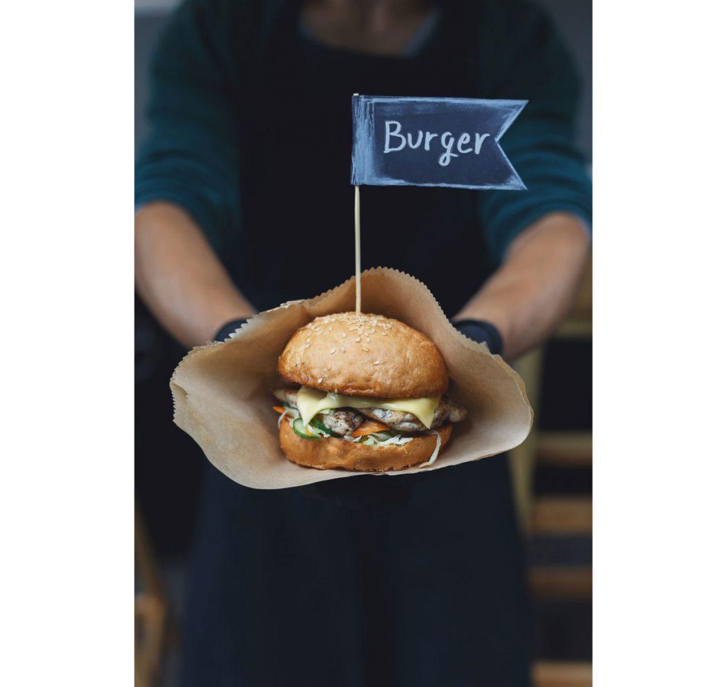 Tipy a triky na grilovačku: príprava hamburgera