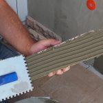 lepenie obkladu na kontaktný zatepľovací systém: nanášanie lepidla na obklad