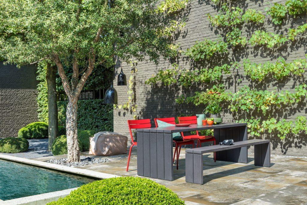 betónová spevnená plocha okolo bazéna so záhradným sedením