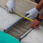 lepenie bazénového lemu a platní: meranie odrezov
