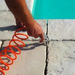lepenie bazénového lemu a platní: príprava na škárovanie