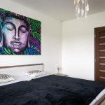Spálňa s maľovaným obrazom Budhu