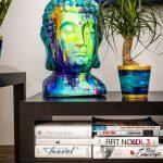 Detail obývačkového stolíka s knihami, ručne maľovaným kvetináčom s rastlinou a ručne domaľovanou bustou Budhu