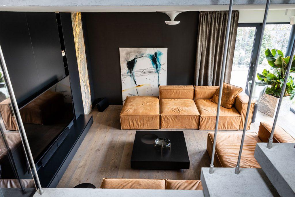 Obývačka s čiernou stenou