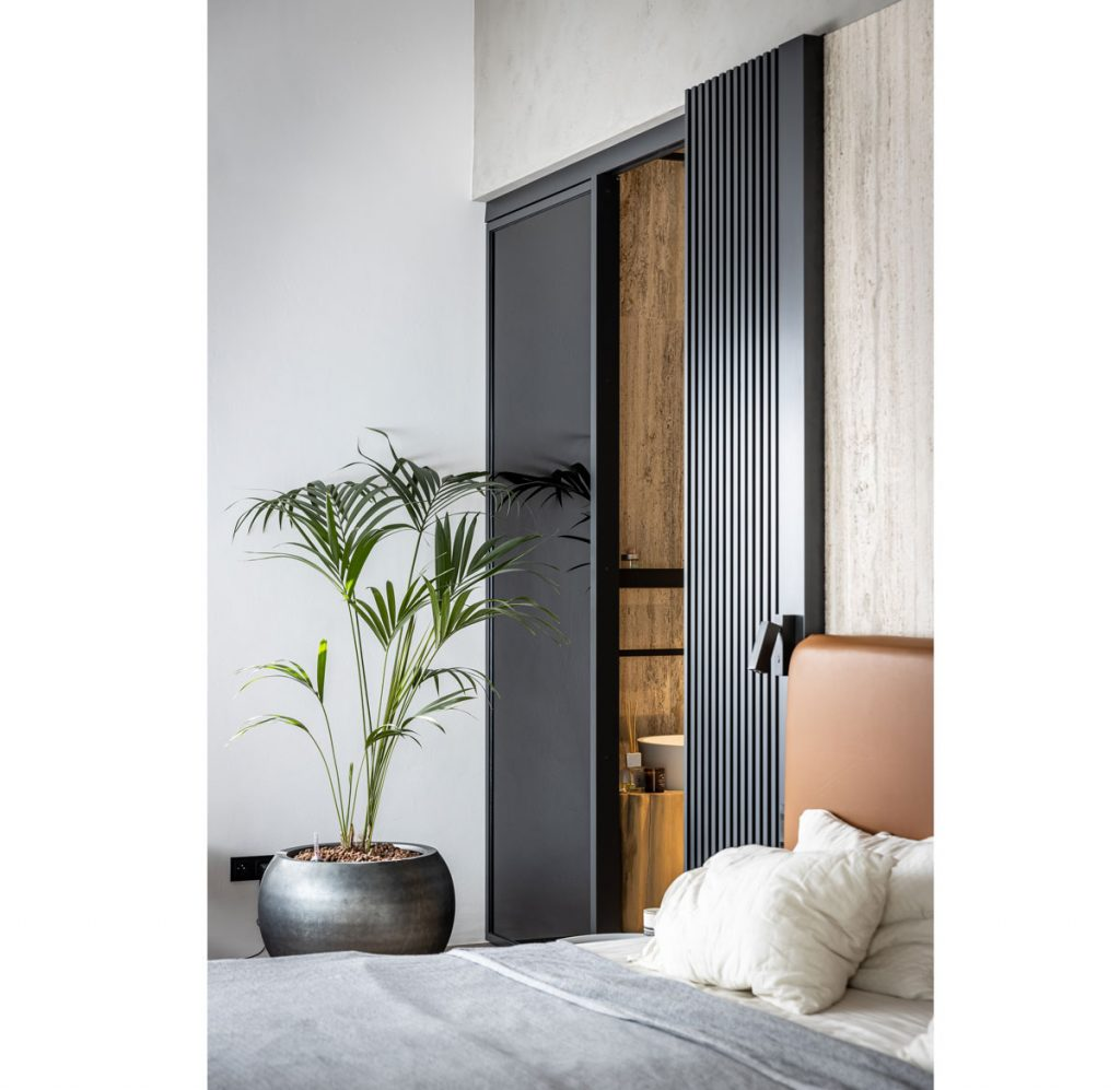 Spálňa s čiernymi posuvnými dverami