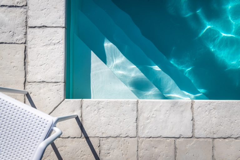 Pracovný postup: Ako nalepiť bazénový lem a platne