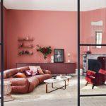 Interiér obývačky v odtieňoch červenej