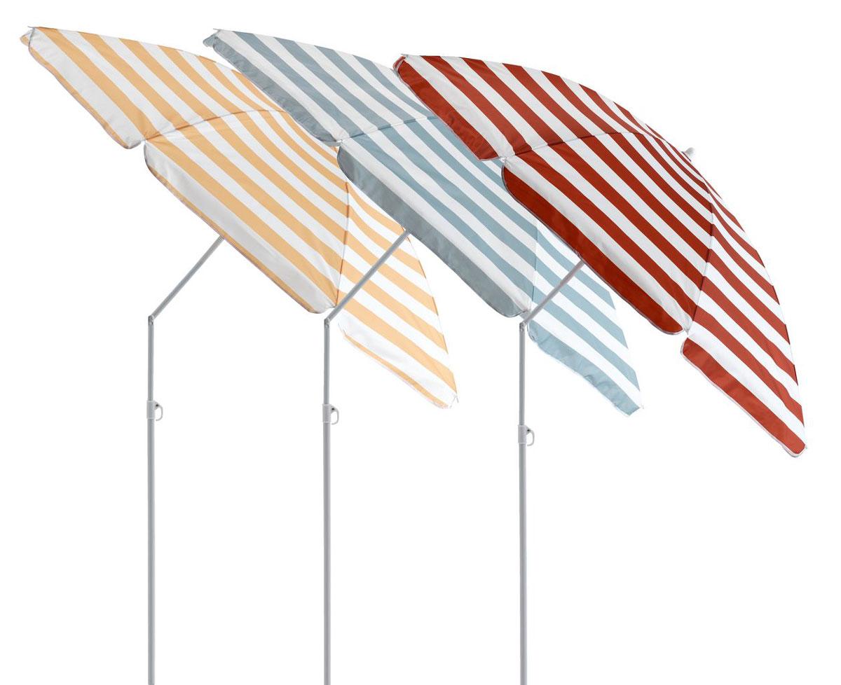 Stolička z prírodného materiálu s rebríkmi, na ktorých visia pásikavé osušky