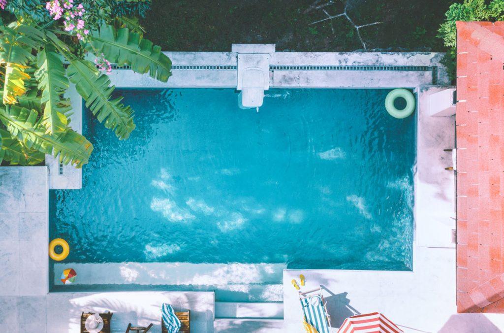 Zvoliť nadzemný alebo zapustený bazén do záhrady?