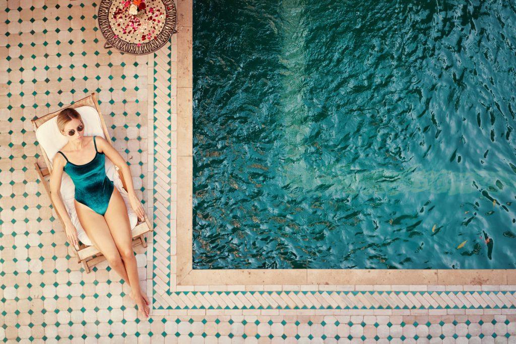 Akú spevnenú plochu okolo bazéna zvoliť