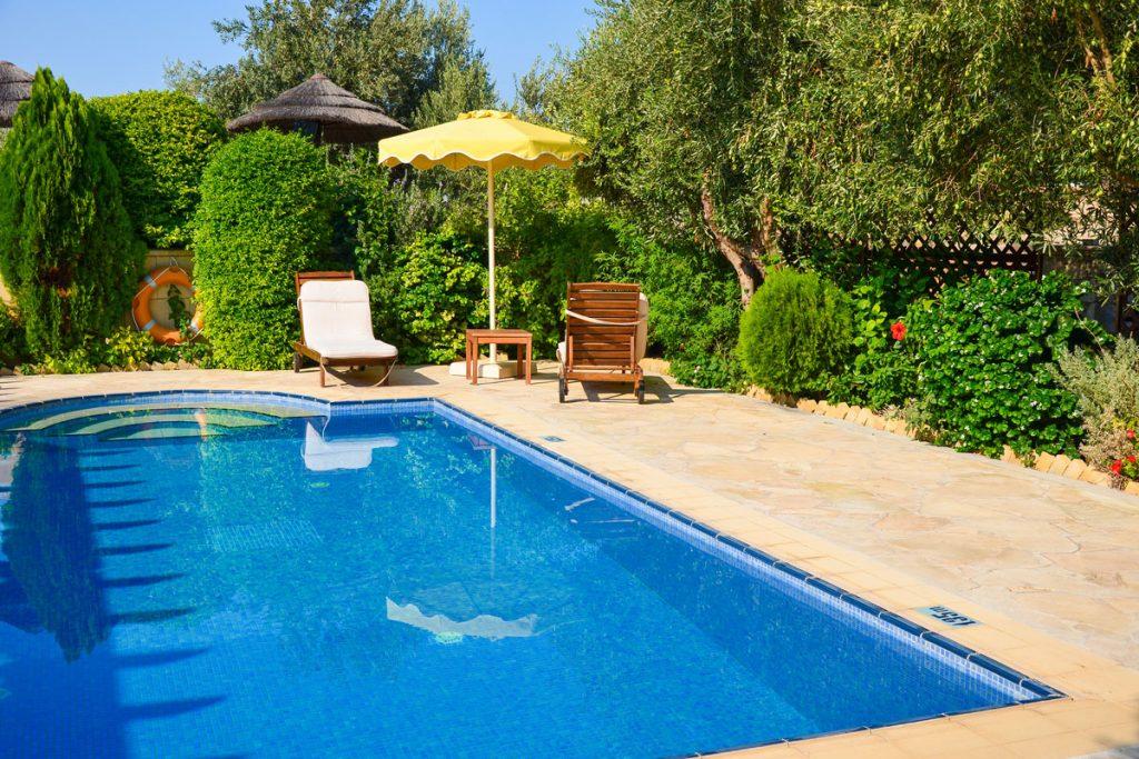 malá záhrada s bazénom