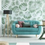Obývačka s tapetou so vzorom listov paliem a moster