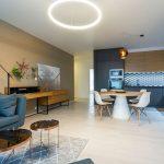 Otvorený moderný interiér v projekte Čerešne fine living.