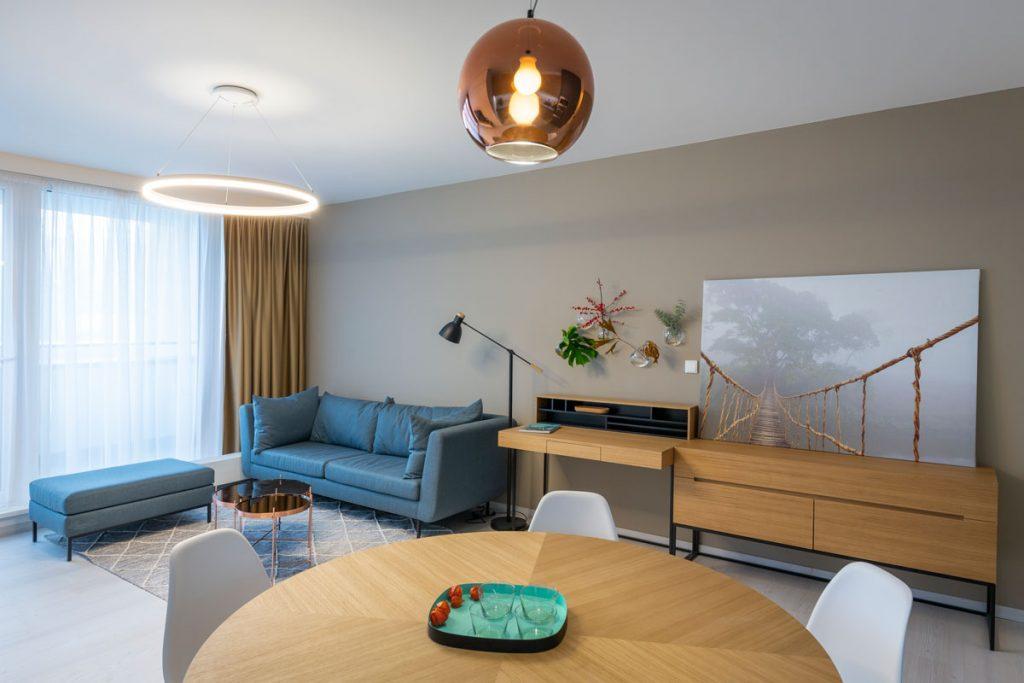 Otvorený priestor obývačky a kuchyne vo vzorovom byte projektu Čerešne fine living