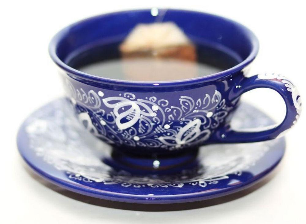 Šálka stanierikom vtradičnom kobaltovom vyhotovení s ručne maľovaným dekorom