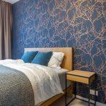 Moderná spálňa s tmavomodrou tapetou vo vzorovom byte Čerešne fine lving