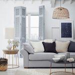 Obývačka v škandinávskom duchu s drevenými sivými interiérovými okenicami