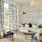 romantická obývačka s látkovými vzorovanými závesmi.
