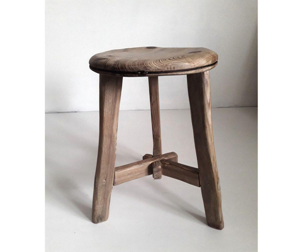 drevený ručne vyrábaný stolček od slovenských výrobcov
