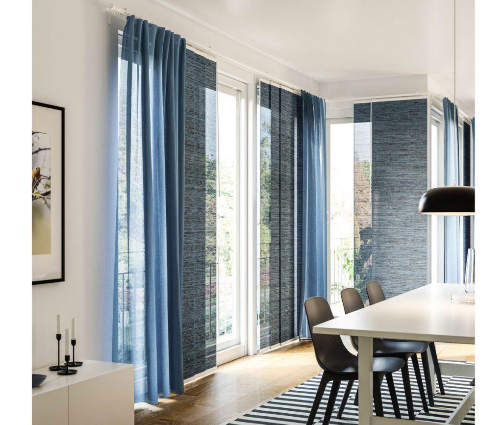 Interiér s panelovými závesmi v šedej farbe