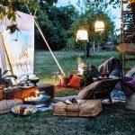 záhrada pre deti: letné kino s vankúšmi a svetielkami