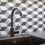 Geometrická zástena za kuchynským umývadlom
