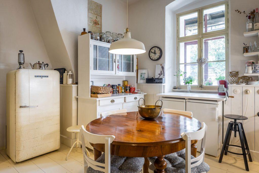 Interiér kuchyne v zrekonštruovanej belujskej fare, ktorá je vo vidieckom štýle v bielej farbe