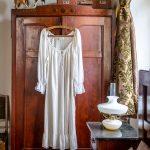 Starodávna secesná skriňa z 19. storočia v hosťovskej izbe na belujskej evanjelickej fare.