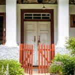 Pohľad na vchod do evanjelickej fary s drevenou bráničkou