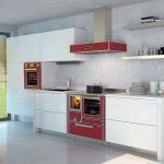 Moderná kuchyňa so sporákom na drevo.