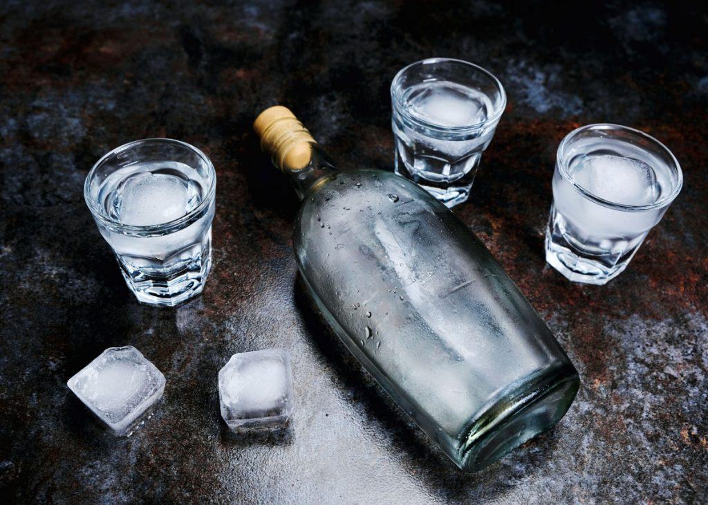 Ako využiť vodku v domácnosti: fľaša vodky s pohárikmi