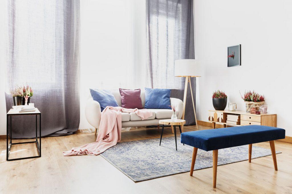 Spôsoby ako zatemniť okná: obývačka so závesmi