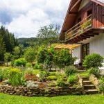 Rodinný dom so záhradou so suchým kamenným múrikom