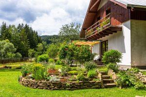 Návšteva svojpomocne vybudovanej záhrady s kamenným múrikom (video)