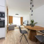 Interiér kuchyne s obývačkou trojizbového bytu v bytovom komplexe Kolísky